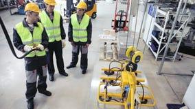 Trabajadores y dispositivo de elevación metrajes