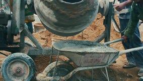 Trabajadores y mezclador concreto almacen de metraje de vídeo