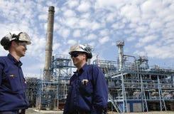 Trabajadores y refinería del petróleo Fotografía de archivo libre de regalías