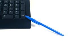 trabajando con el teclado, un punto de pluma para entrar Foto de archivo