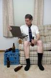 Trabajando a distancia el trabajo del hombre casero que trabaja remotamente