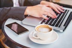 Trabajando en el ordenador en línea, mujer que comprueba el correo electrónico, depositando imágenes de archivo libres de regalías