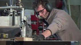 Trabajar a máquina un tablero del pino al moldeador almacen de metraje de vídeo