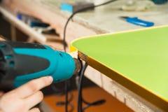 Trabaje como secador de pelo industrial en la fabricación de muebles Imágenes de archivo libres de regalías