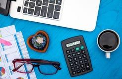 Trabaje e invirtiendo concepto de motivación del presupuesto de las finanzas con las cartas y los gráficos y calculadora en el ta fotos de archivo