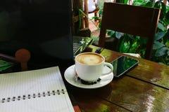 Trabaje el escritorio de oficina con una taza de ordenador portátil del ordenador del café, cuaderno, Imagenes de archivo
