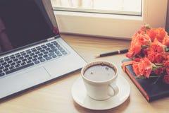 Trabaje el interior del escritorio con una taza del ordenador portátil y de café de la mañana Foto entonada del escritorio femeni Imagen de archivo libre de regalías