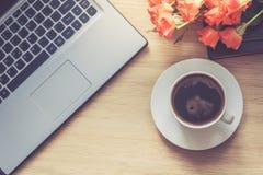 Trabaje el interior del escritorio con una taza del ordenador portátil y de café de la mañana Foto entonada Visión superior Imagen de archivo libre de regalías