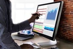 trabaje el negocio de información de las estadísticas del Analytics de los datos duros Technol Foto de archivo