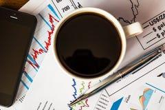 Trabaje en intercambio, taza de café con la calculadora y teléfono celular Imagen de archivo libre de regalías
