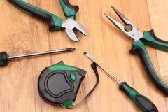 Trabaje las herramientas para el ingeniero en la superficie de madera, tecnología Fotos de archivo