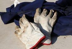 Trabaje los guantes sobre los guardapolvos de un trabajador durante la huelga de trabajadores Imagenes de archivo