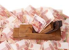 Trabaje y gane Madera vieja la alisadora y los billetes de banco de la rublo rusa Imagen de archivo