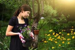 Trabajo adolescente de la muchacha sobre ajardinar el pote del control del diseño del jardín con los pensamientos Fotos de archivo