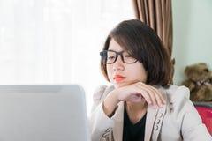 Trabajo adolescente de la mujer en el ordenador portátil en Ministerio del Interior Fotografía de archivo libre de regalías