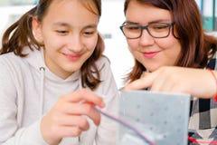 Trabajo adolescente dos en la maquinaria del CNC CNC Imagen de archivo