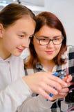 Trabajo adolescente dos en la maquinaria del CNC CNC Fotos de archivo libres de regalías