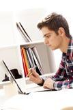 Trabajo adolescente en el ordenador Imagenes de archivo