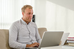 Trabajo adulto joven en el ordenador portátil Fotografía de archivo