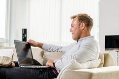 Trabajo adulto joven en el ordenador portátil Foto de archivo