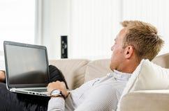Trabajo adulto joven en el ordenador portátil Fotografía de archivo libre de regalías