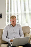 Trabajo adulto joven en el ordenador portátil Imagenes de archivo