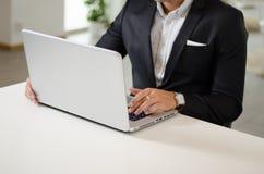 Trabajo adulto joven en el ordenador portátil Imagen de archivo libre de regalías