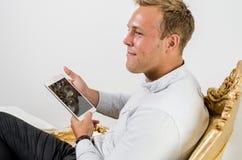 Trabajo adulto joven en la tableta Fotografía de archivo libre de regalías