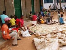 Trabajo africano de los niños fotografía de archivo