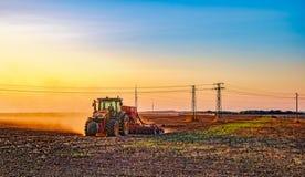 Trabajo agrícola por la tarde Fotos de archivo libres de regalías