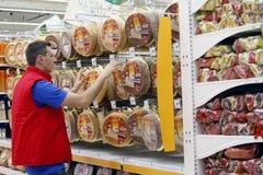 Trabajo al por menor en supermercado imagen de archivo libre de regalías