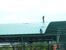 Trabajo altamente peligroso de la instalaci?n del tejado imágenes de archivo libres de regalías