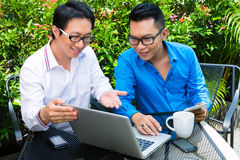 Trabajo asiático de los hombres de negocios al aire libre Imágenes de archivo libres de regalías
