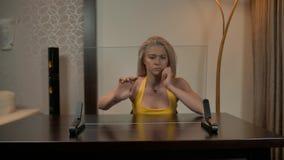 Trabajo atractivo atractivo de la señora con la pantalla de ordenador de cristal transparente metrajes