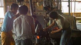 Trabajo birmano de los herreros en la fragua Fabricación de armas - manera tradicional Fotografía de archivo