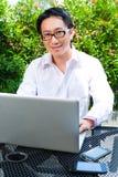 Trabajo chino del hombre de negocios al aire libre Foto de archivo