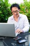 Trabajo chino del hombre de negocios al aire libre Fotografía de archivo libre de regalías