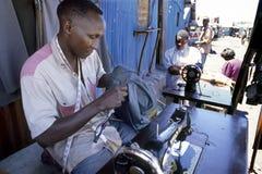 Trabajo como sastre en los tugurios del Kenyan en Nairobi Imágenes de archivo libres de regalías