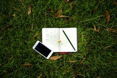 Trabajo con el cuaderno en el parque 4 Fotos de archivo