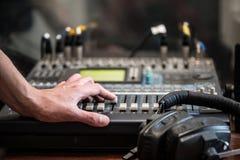 Trabajo con el mezclador analógico de sonidos Radio de mezcla audio profesional de la consola y difusión de TV foto de archivo