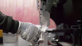 Trabajo con la chapa en las máquinas-herramientas especiales para doblar metrajes