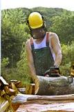 Trabajo con la sierra gasolina-engined Imagen de archivo libre de regalías