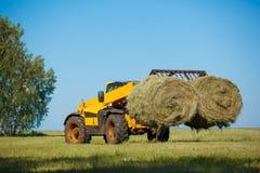 Trabajo cosechando la cosechadora en el campo del trigo foto de archivo