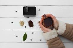 Trabajo creativo con la taza de agua hirvienda en sus manos Foto de archivo libre de regalías