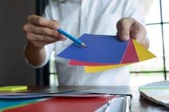 Trabajo creativo sobre los colores hermosos del color, diversos colores, tonos del color, comparaci?n del color imagenes de archivo