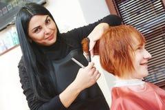 Trabajo de corte del pelo de la mujer Foto de archivo libre de regalías