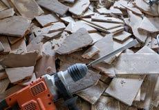 Trabajo de demolición con un martillo de la demolición Fotos de archivo libres de regalías