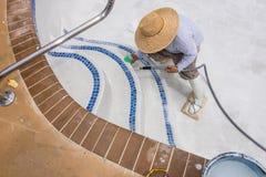 Trabajo de detalle sobre el nuevo yeso de la piscina Fotografía de archivo libre de regalías