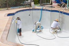Trabajo de detalle sobre el nuevo yeso de la piscina Imágenes de archivo libres de regalías