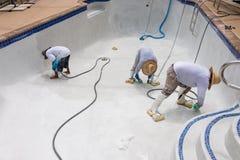 Trabajo de detalle sobre el nuevo yeso de la piscina Imagen de archivo